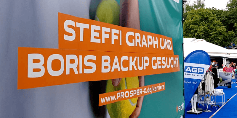 """Plakatwand mit """"Steffi Graph und Boris Backup gesucht"""" für die Recruiting-Kampagne der PROSPER X GmbH auf dem ATP Challenger Turnier 2019 in Braunschweig"""