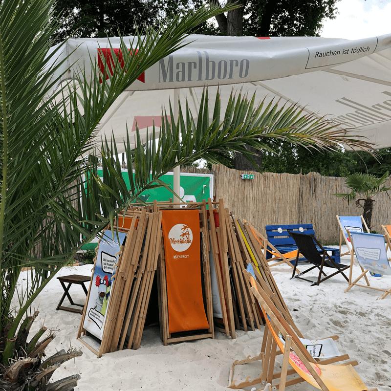 Klappstühle auf der Sommerparty der PROSPER X GmbH in der Okercabana