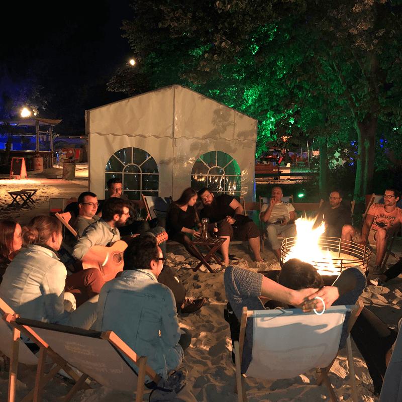 Lagerfeuer auf der Sommerparty der PROSPER X GmbH in der Okercabana
