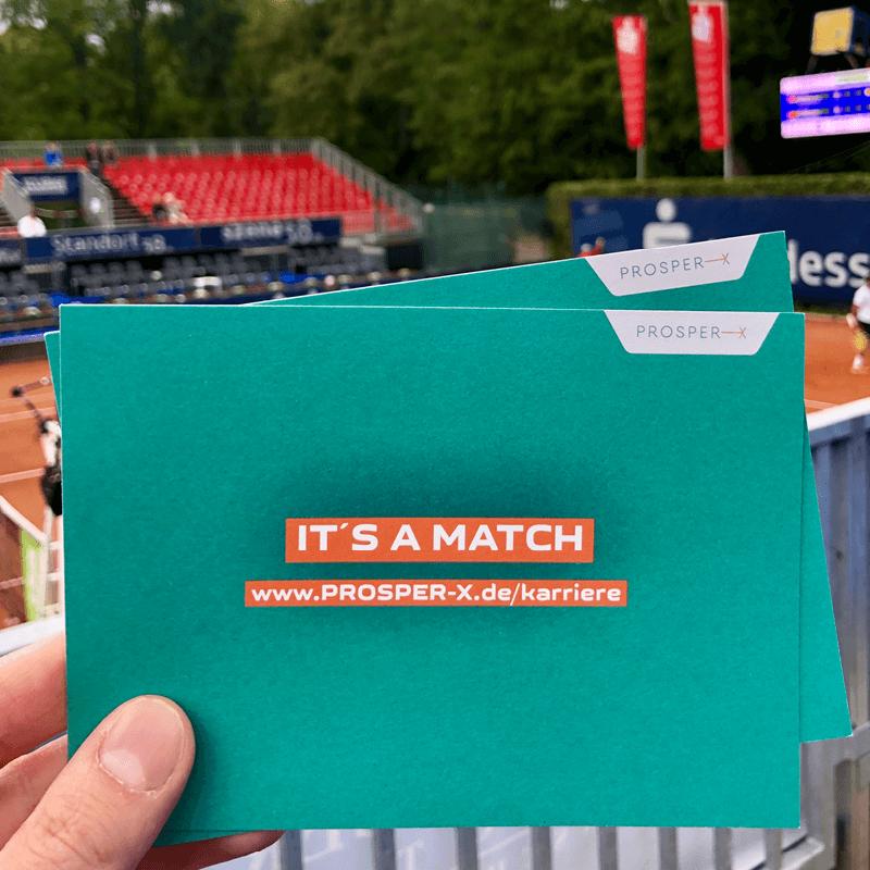 """Postkarten mit """"It`s a Match"""" vor einem Tennisplatz für die Recruiting-Kampagne der PROSPER X GmbH auf dem ATP Challenger Turnier 2019 in Braunschweig"""