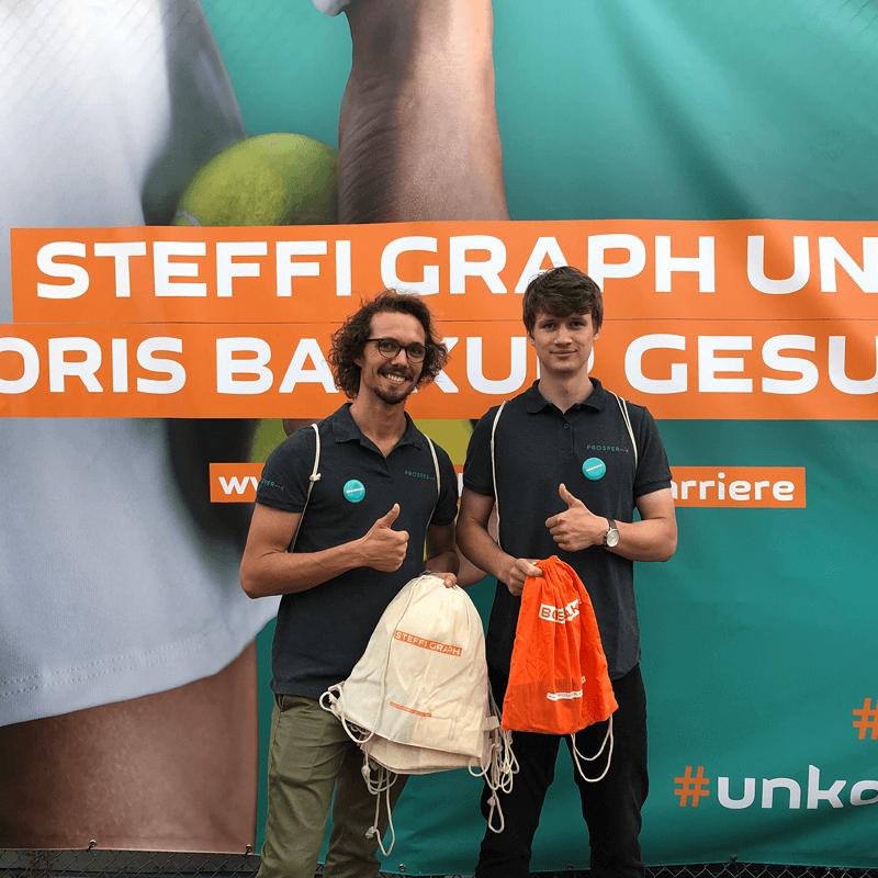 Mitarbeiter der PROSPER X GmbH verteilen Give-Aways auf dem ATP Challenger Turnier 2019 in Braunschweig