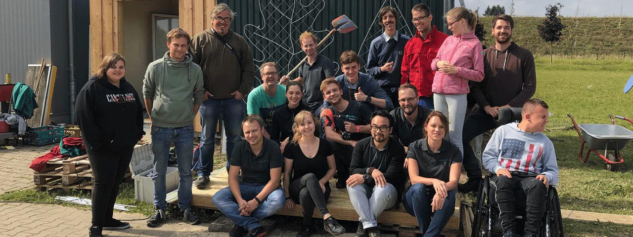 """Gruppenbild, das die Mitarbeiter der CGI Deutschland, der Mehrwerk gGmbH und der PROSPER X GmbH am Aktionstag """"Brücken bauen"""" zeigt"""