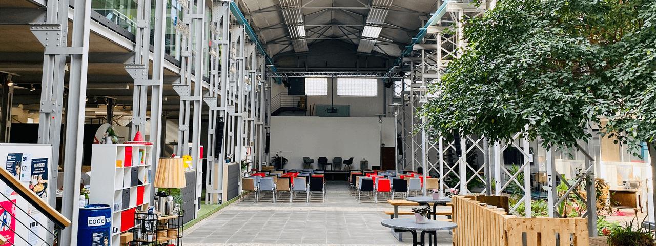 Eingangsbereich Trafo Hub Braunschweig mit Ausblick auf die Präsentationsbühne