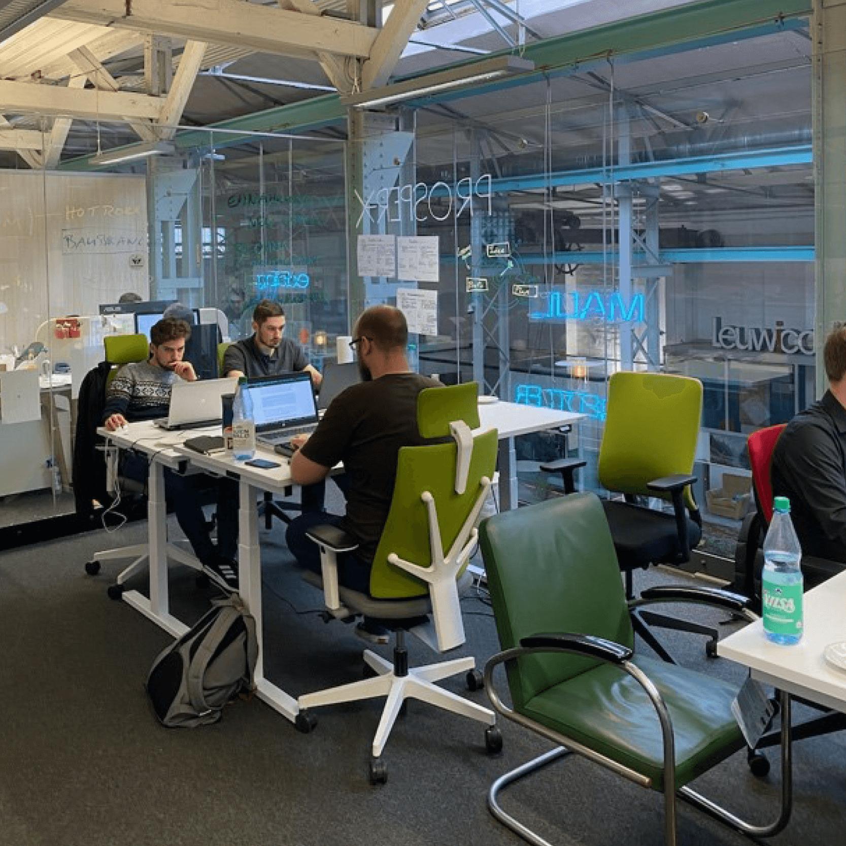 Mitarbeiter der PROSPER X GmbH bereiten sich auf Präsentation anlässlich Hackathon im Trafo Hub Braunschweig vor