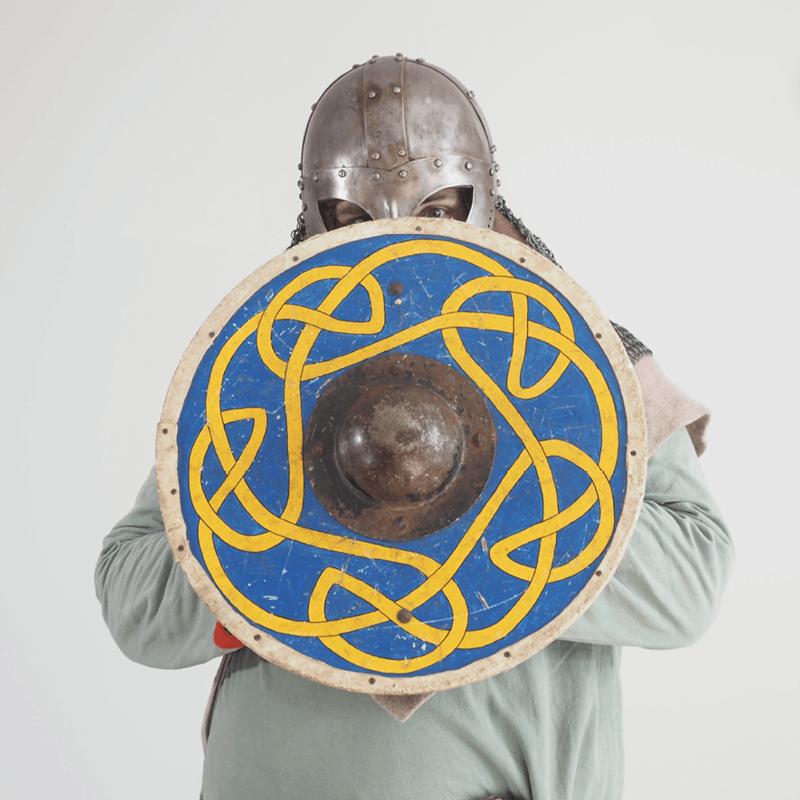 Wikinger hinter einem blau-gelben Schild
