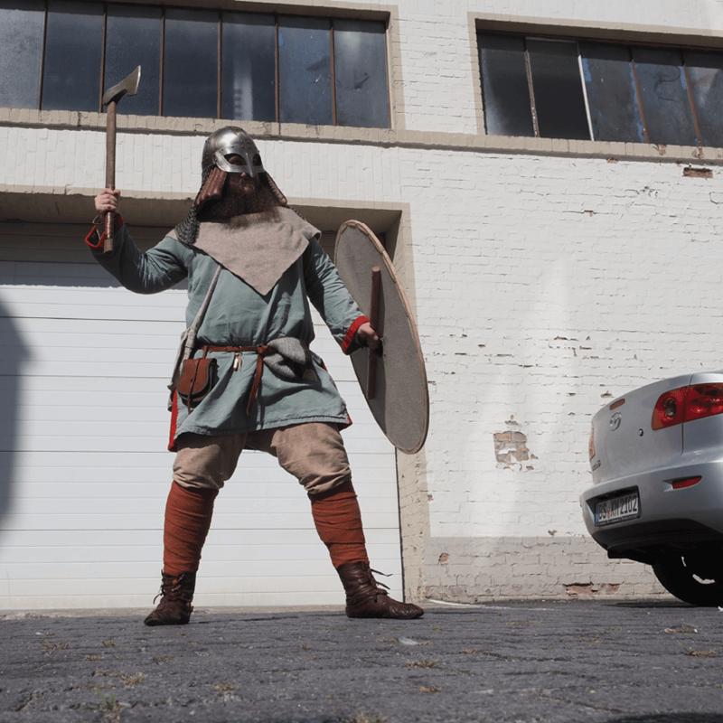 Schnappschuss eines Wikingers mit Axt auf dem Braunschweiger Schimmel-Hof