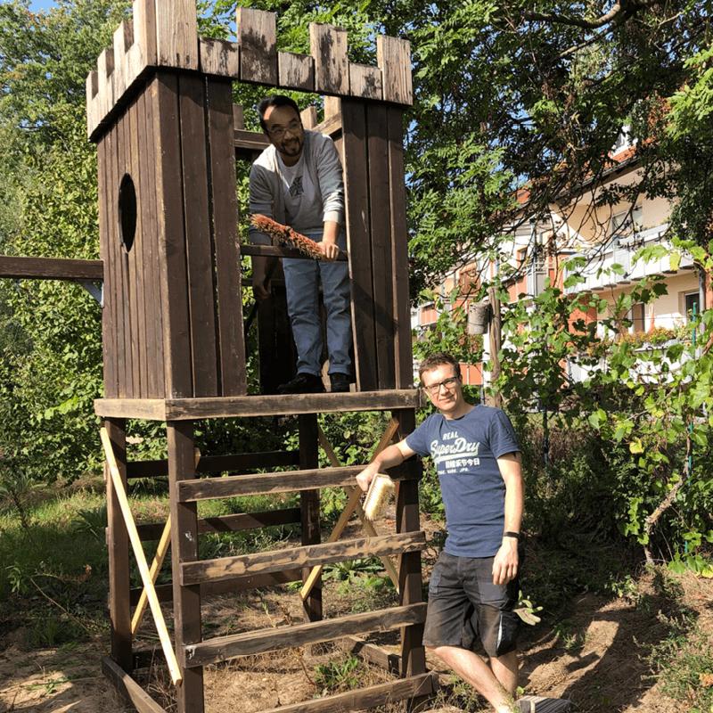 Mitarbeiter der PROSPER X GmbH beim Streichen der Wände anlässlich der Aktion Brücken Bauen zusammen mit der Mehrwerk gGmbH